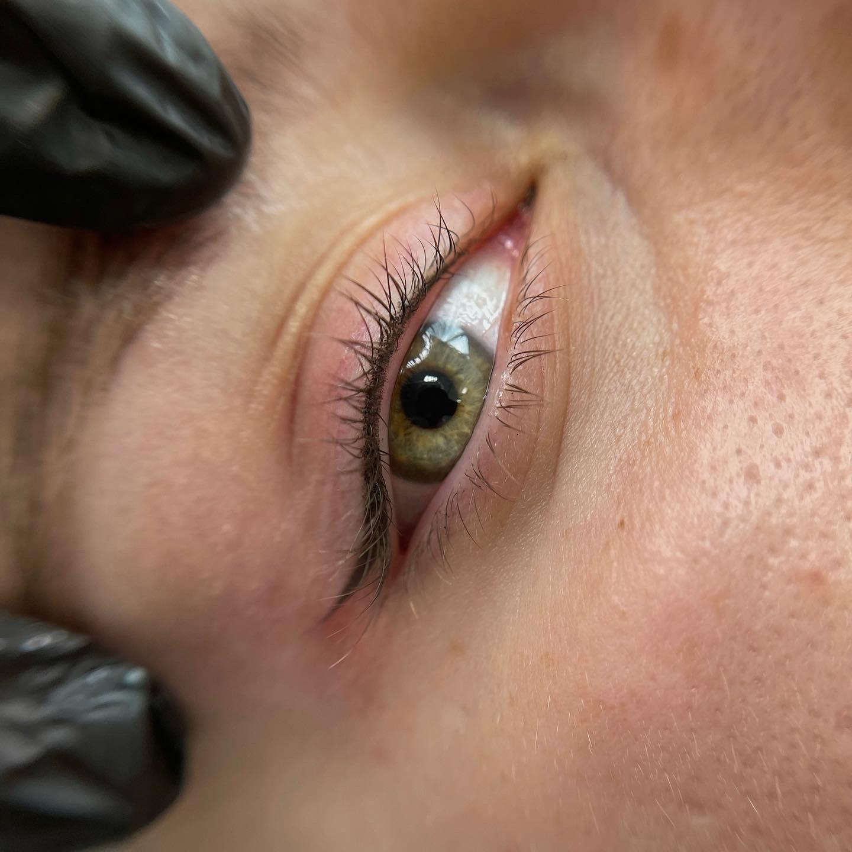 Стрелки и брови сразу после процедуры