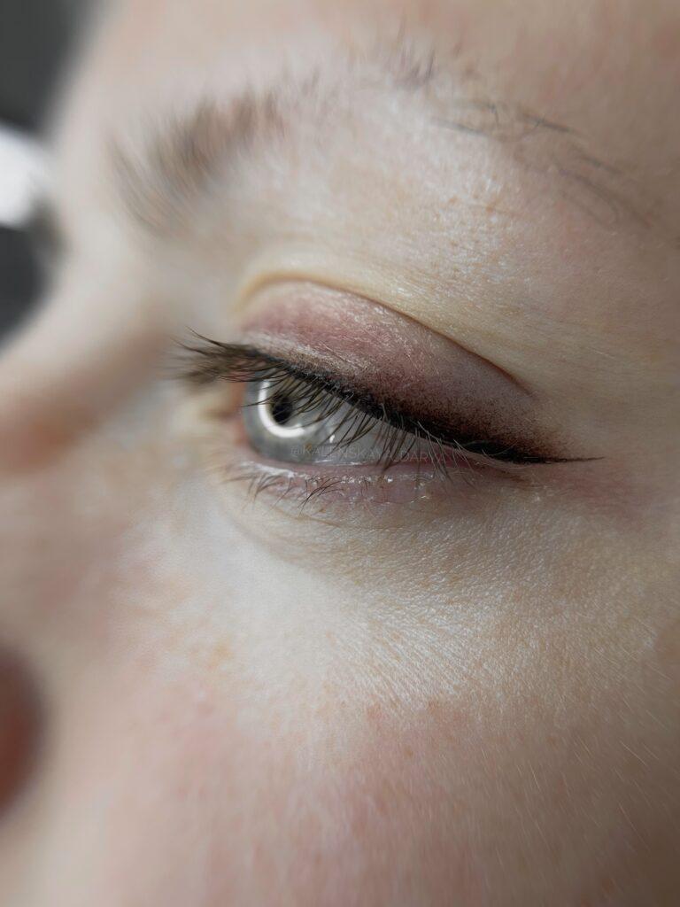 Татуаж глаз. Стрелка с растушевкой сразу после процедуры
